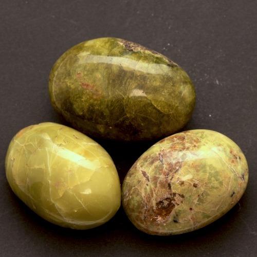 Groene opaal trommelsteen groot van ca 3-4cm breed en 5-6cm lang