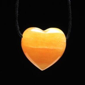 Oranje calciet hartje hanger doorboord met zwart koord